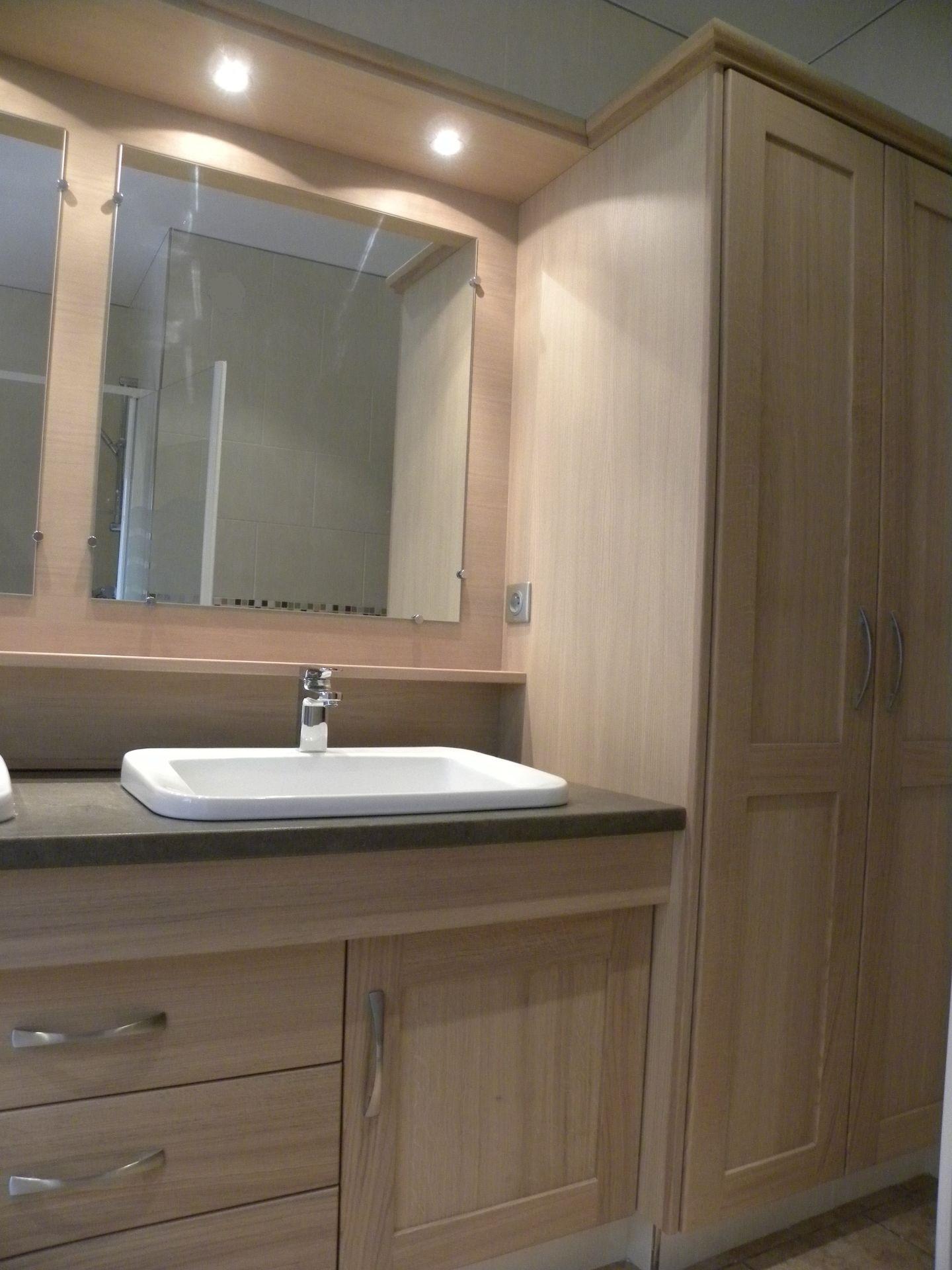 Salle de bain turquoise et bois solutions pour la - Bois pour salle de bain ...