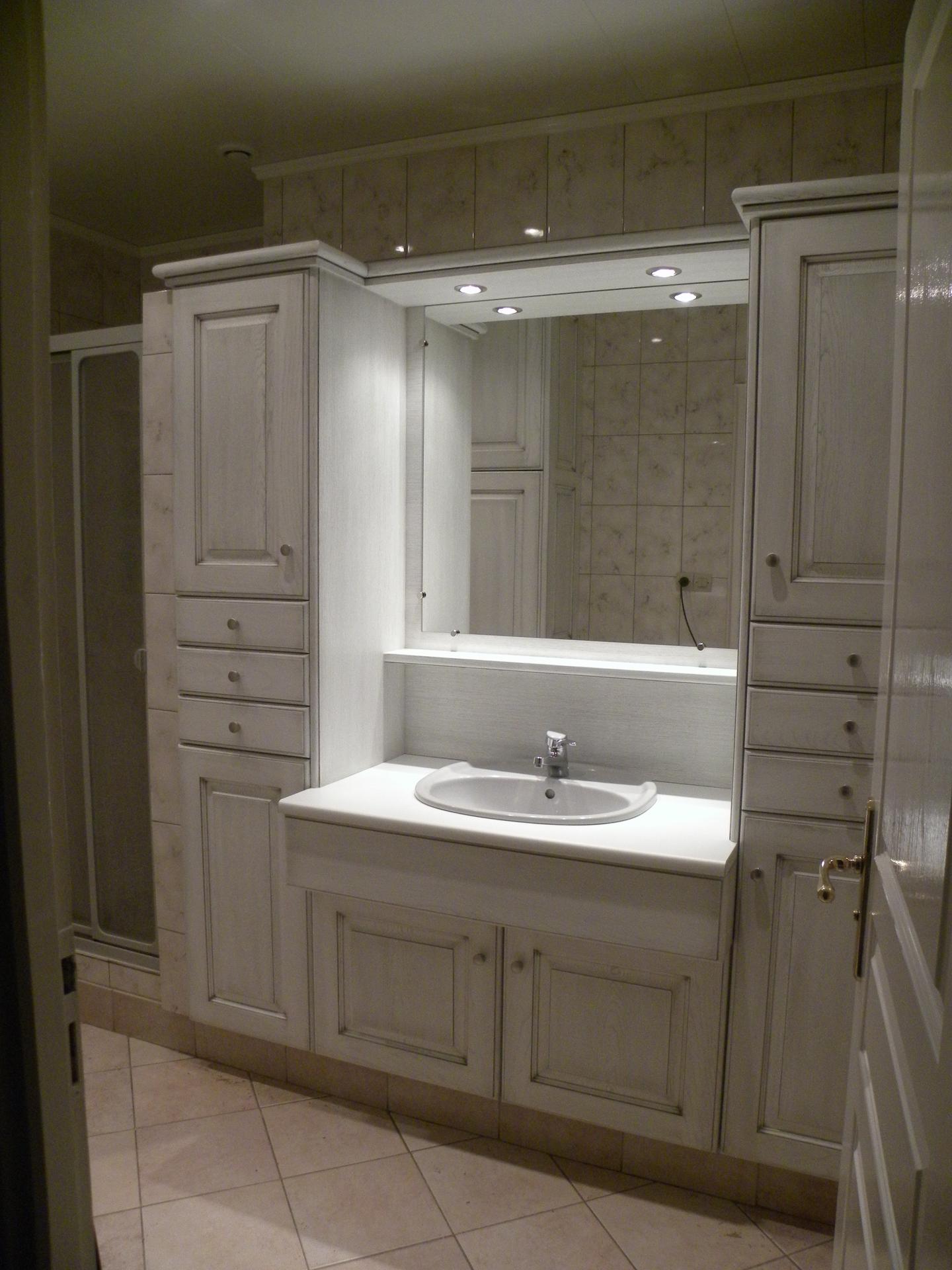 Salle de bains laqu e blanc patine grise for Colonne salle de bain grise laquee