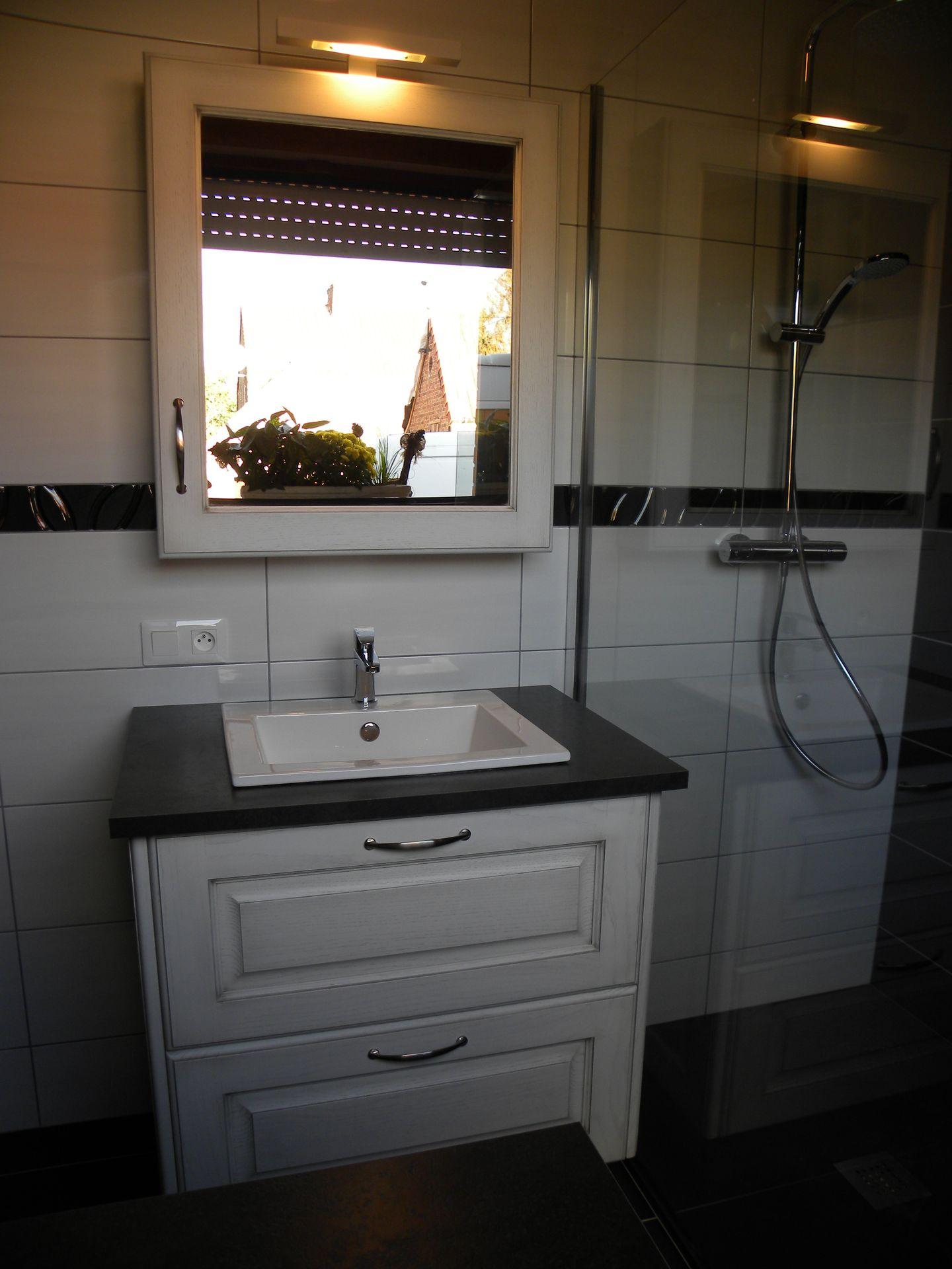 Salle de bains moderne laquée blanc patine grise - Gilles Martel