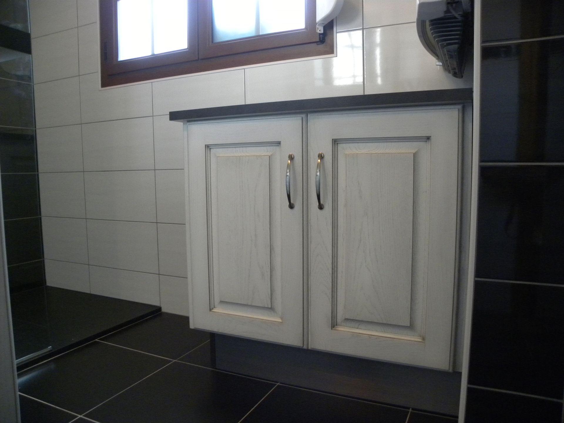 Salle de bains moderne laqu e blanc patine grise gilles - Salle de bain moderne grise ...